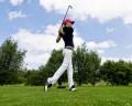 美女打高尔夫球图片