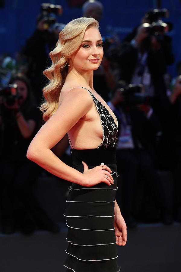 Sophie Turner现身威尼斯电影节《血战钢锯岭》