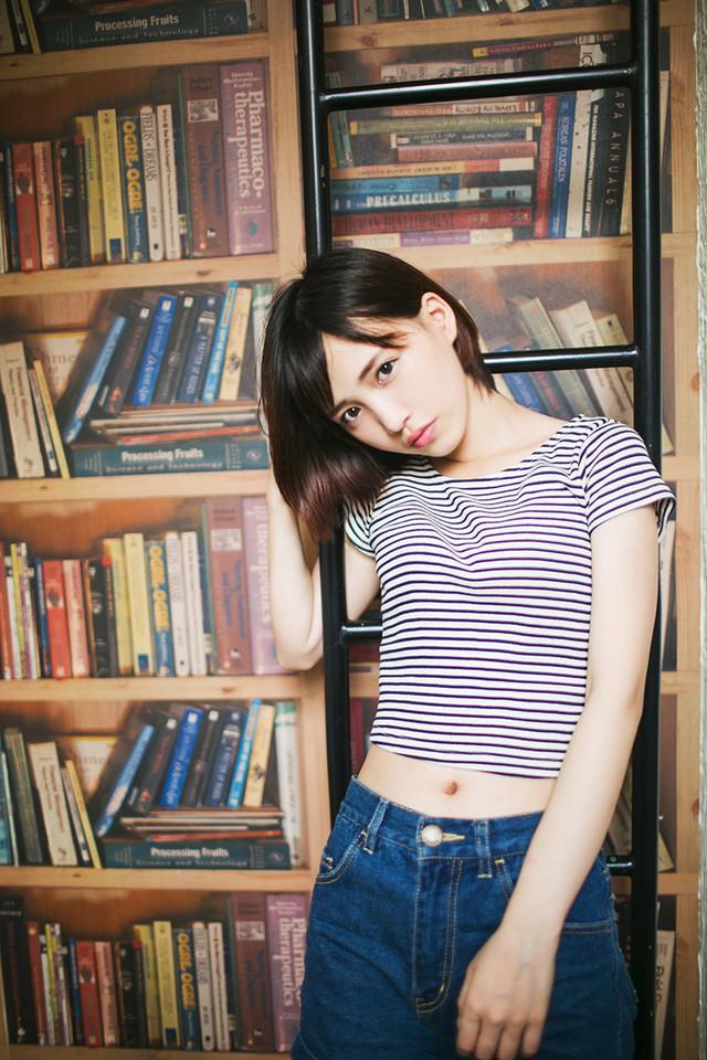 清纯短发牛仔裤女生图片