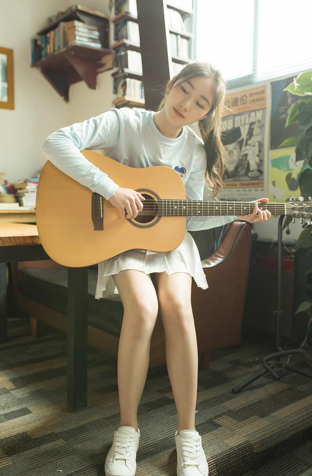 抱着吉他的唯美小清新女生