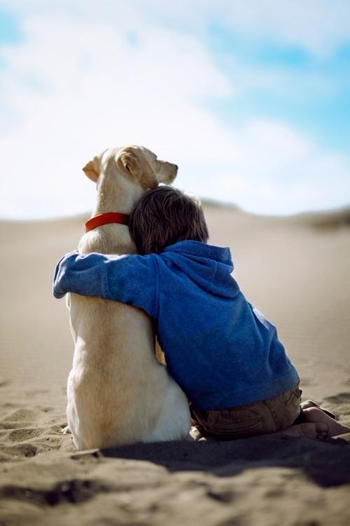 小孩和狗有爱温暖的图片