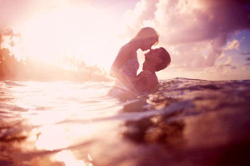 浪漫情侣海边嬉戏欧美图片