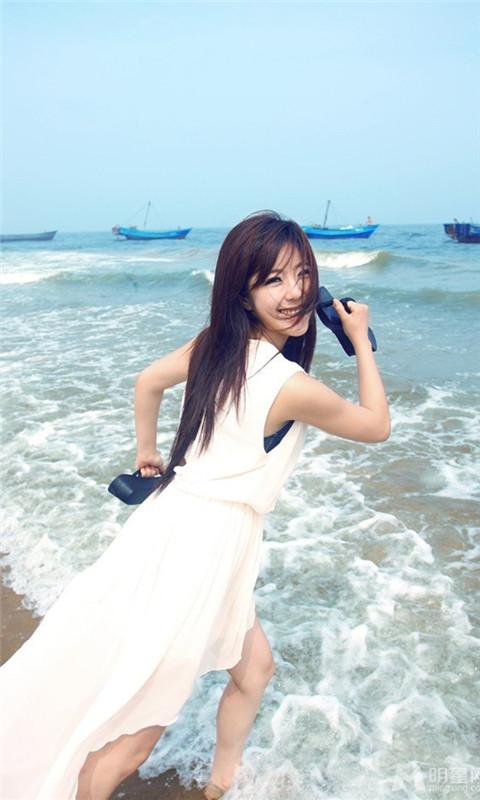 赵奕欢白色长裙漫步海边浪漫写真手机壁纸