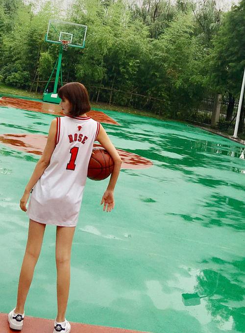 梦想着有一个长腿女票,陪我一起打篮球