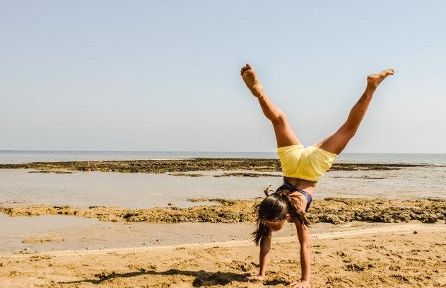 美女沙滩少女倒立瑜伽人体摄影