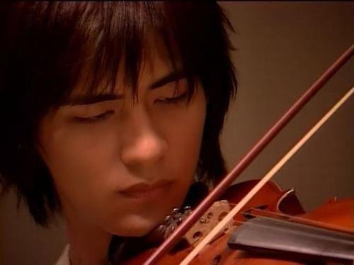 周渝民拉小提琴图片