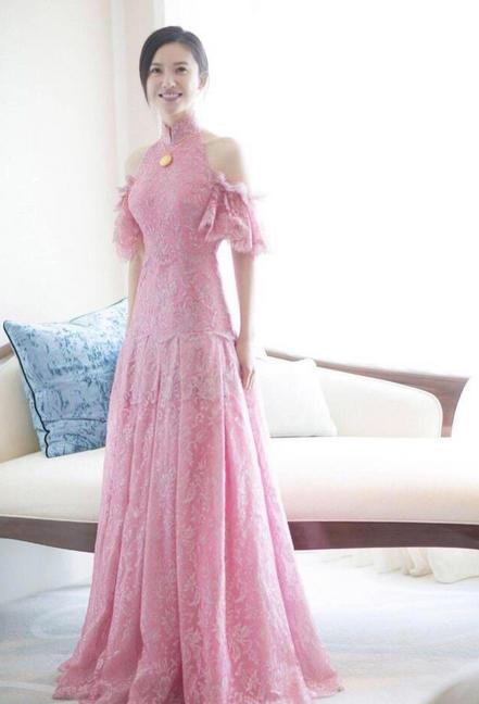 杨子珊粉红色结婚礼服,一样美的没谁。