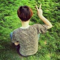 qq情侣头像坐在草地上 盘腿情侣背影剪刀手图片