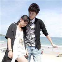 沙滩情侣头像一左一右 光膀子海边休闲