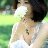 女生同一人多张短发唯美清新 手里拿花蓝色系