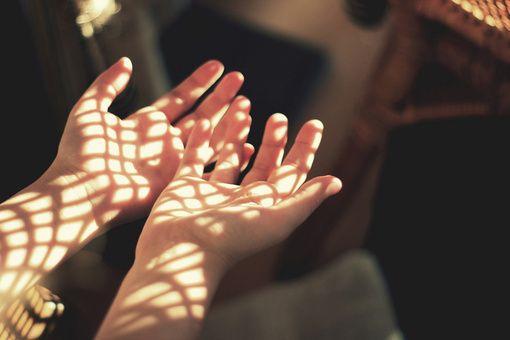 被阳光透过的手 小清新图片