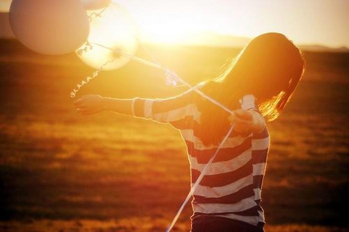 唯美夕阳下的意境女生图片