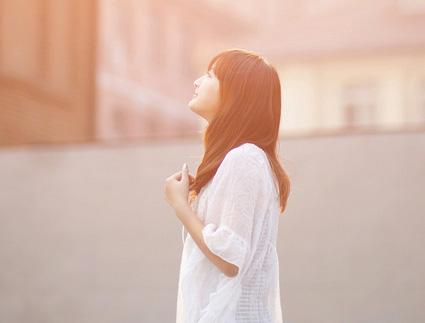 早安心语短句说说心情:人生最可怕的事,是一边后悔一边生活