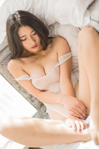 裸露大胸美女手机壁纸下载