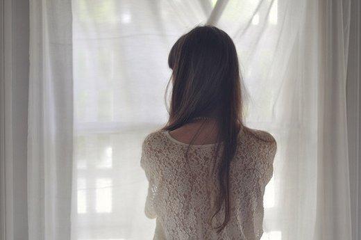 文艺小清新女生背影_我们比陌生人还要遥远
