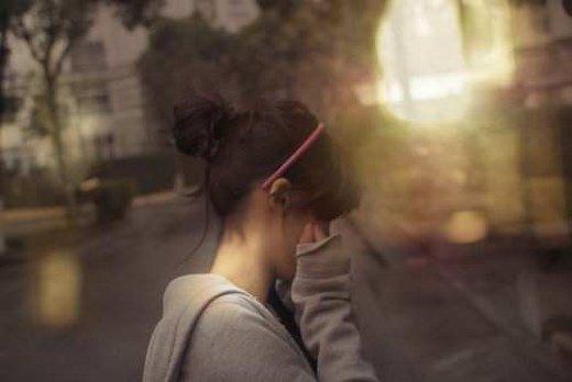 寂寞美女意境图片_谁可用双手给我拥抱