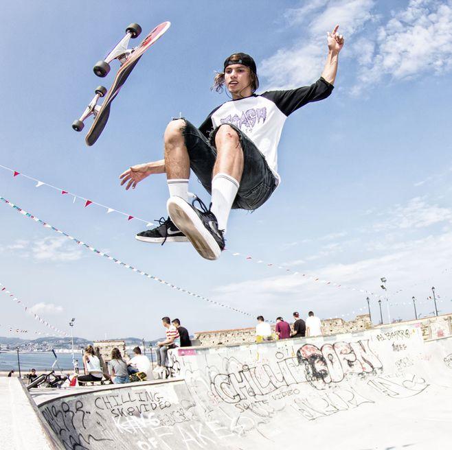 玩滑板的外国男青年 高清