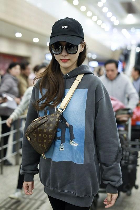 唐嫣现身机场,灰色卫衣的装扮休闲靓丽