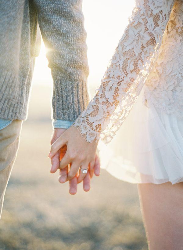以爱之名,情侣牵手幸福图片