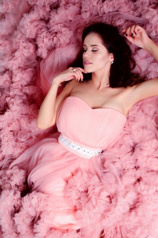 粉色系露肩婚纱摄影图片