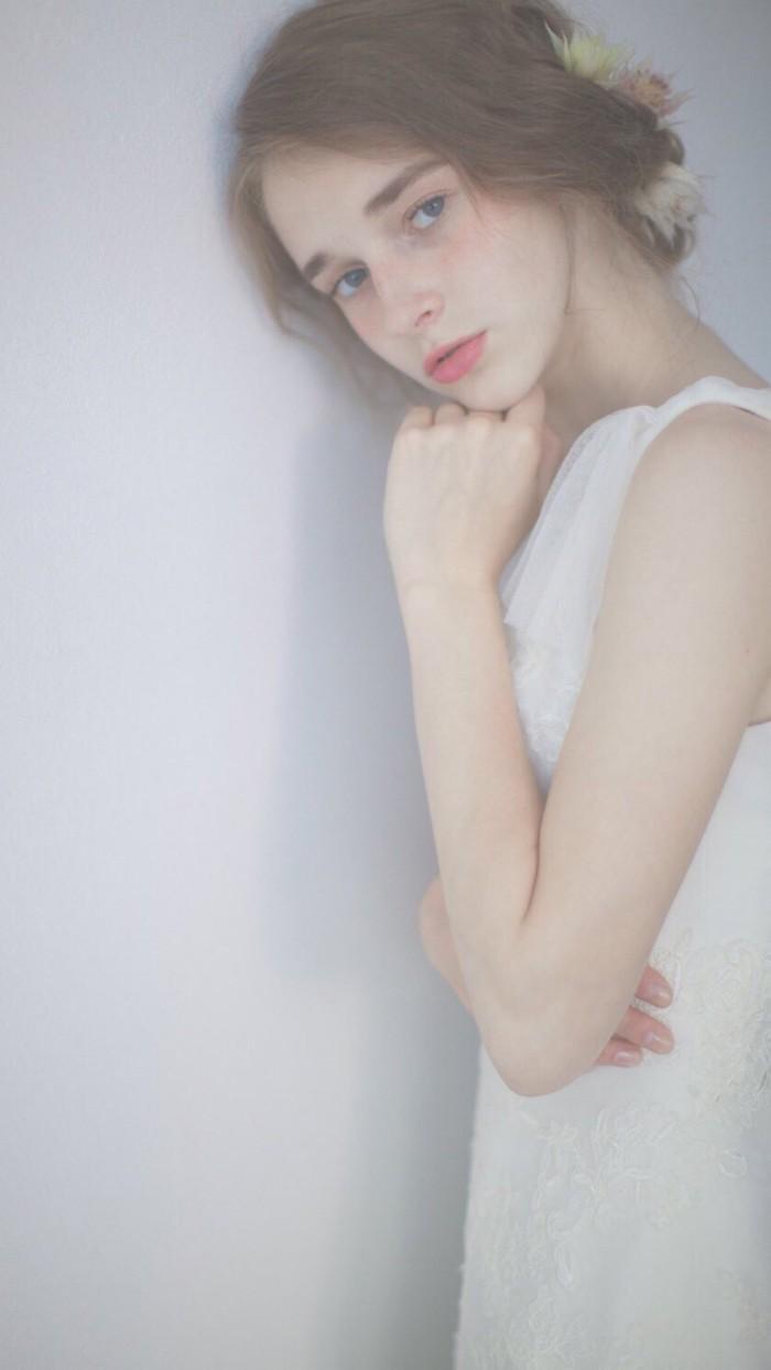 欧美白衣简约手机高清壁纸