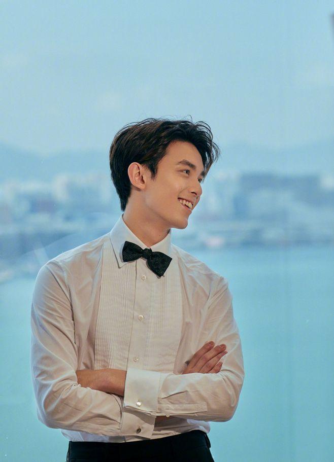 吴磊,帅气西装领结照片
