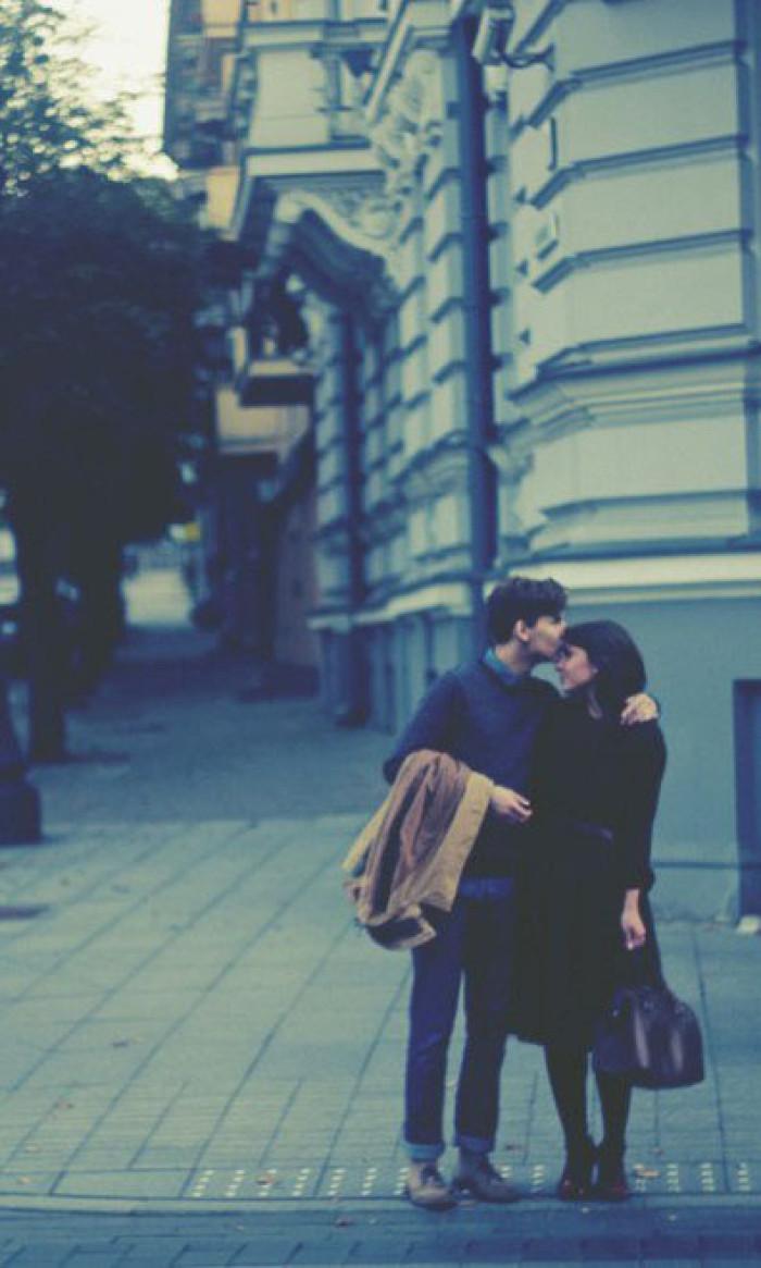 欧美复古街边情侣亲吻街拍图