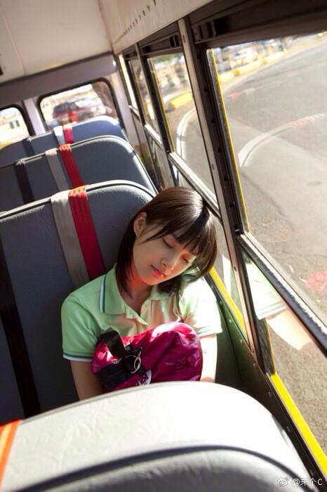 今日妹子图,公交车上面的清纯美女