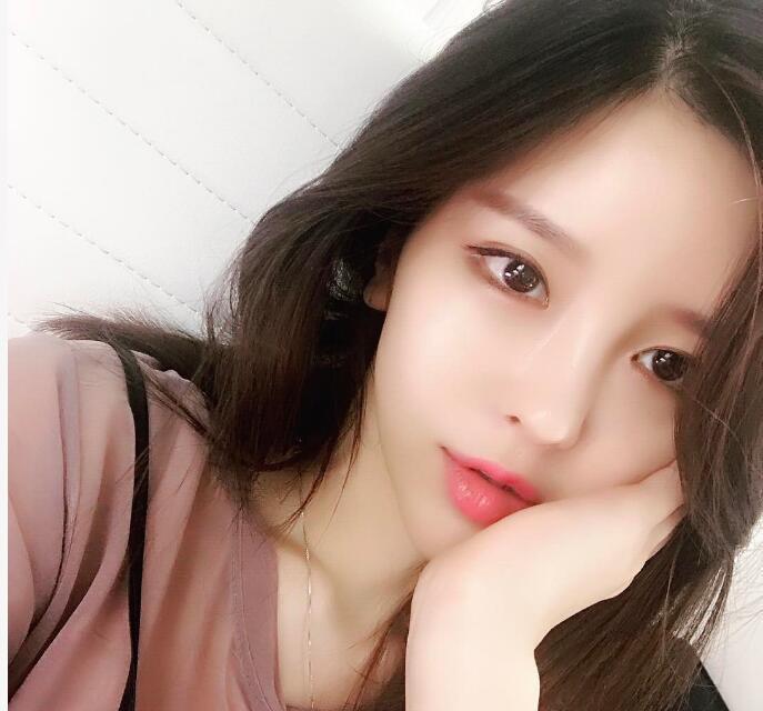 韩国第一女主播美胸的尹素婉微博发新照