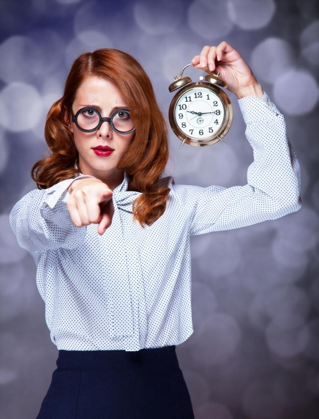 欧美图片,手持闹铃的眼镜美女图片