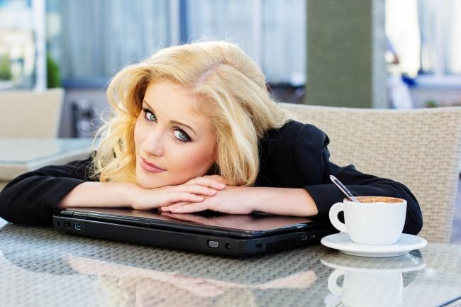 趴在笔记本上的商务美女图片,欧美图